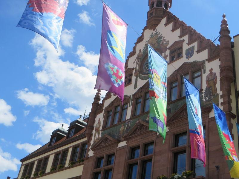 Rathausfassade und Wolfacher Fahnenmeer
