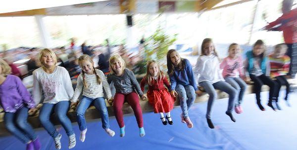 Spaß für Kinder auf der Kirtahutschn am Kirchweihtag in Wolfersdorf