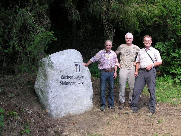 Die Initiatoren (v. links: Wanderführer H. Kilger, Bgm. M. Dachs, Projektleiter F. Meindl) beim Weganfang des Zachenberger Steinbruchwegs