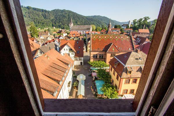 Blick vom Storchenturm auf Marktplatz und Kirche