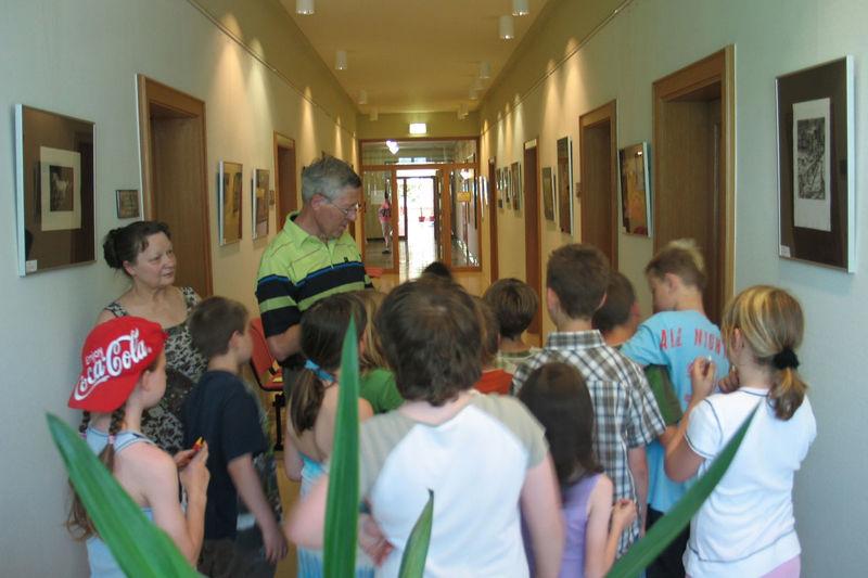 Gruppe Kinder betrachtet Kleine Rathausgalerie Zella-Mehlis