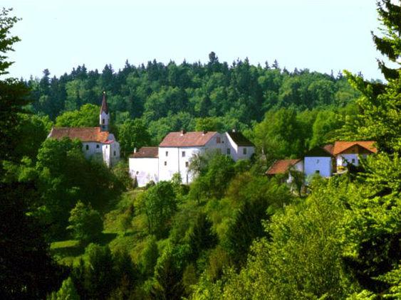 Blick auf die Burg- und Kirchenanlage Ranfels bei Zenting in der Region Sonnenwald