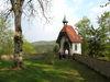 Die Lourdes-Kapelle mit Burgmauer bei der Burganlage Ranfels bei Zenting in der Region Sonnenwald