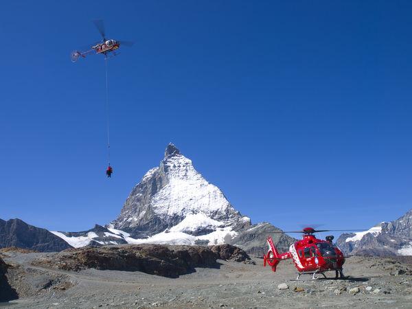 Air Zermatt Helikopter in Teamarbeit. Ob Bergrettung oder Transport – das professionelle Zusammenspiel ist wichtig.