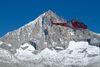 Helikopter der Air Zermatt im Einsatz. Im Hintergrund das Weisshorn (Sommer).
