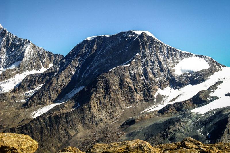 Der Alphubel oberhalb von Täsch: der Rotgrat (im Vordergrund) verläuft ziemlich genau von Osten nach Westen.