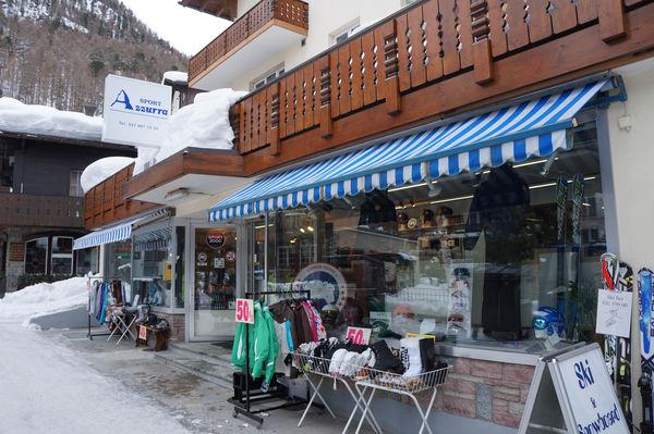 Im Azzura Sport findet man das passende Outfit oder Sportgerät für Sommer oder Winter.