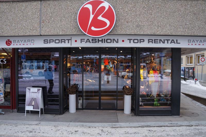 Ici, vous pouvez louer des skis et des snowboards au centre de Zermatt, près de la gare.