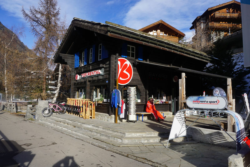 Rent skis and go directly to the Sunnegga funicular: this is possible at Bayard's at the Sunnegga valley station