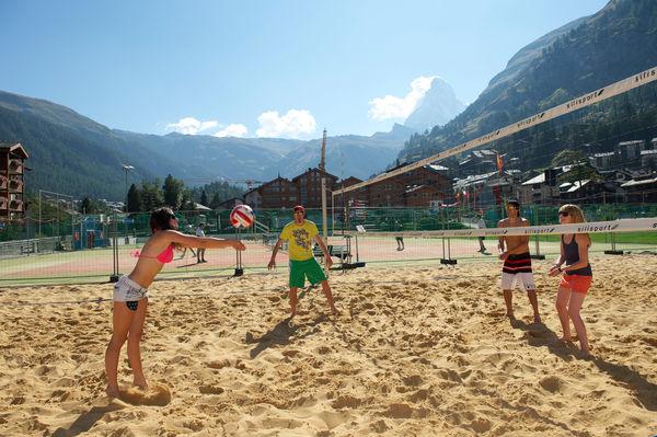 Faszinierender Anblick in Zermatt: Beach Volleyball spielen, im Anblick des Matterhorns.