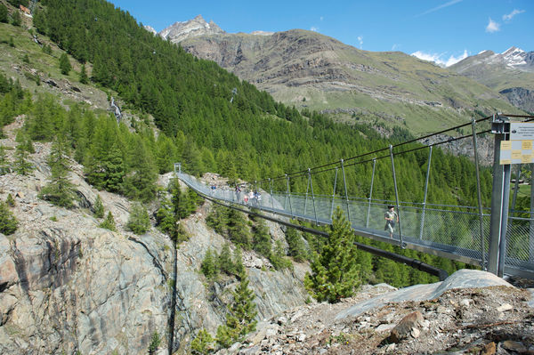Zermatt-Furi: the suspension footbridge, 100 m long, leads 90 m above the ground to barbecue areas, a playground and the Dossen glacier garden.