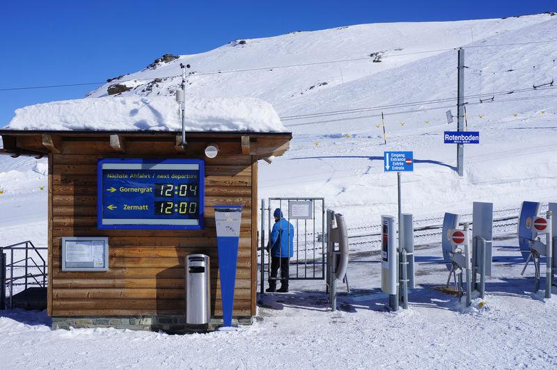 Die Schlittelbahn am Gornergrat beginnt hier. Auch Winterwandern im sonnengleissenden Licht ist hier Programm.