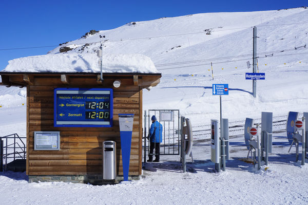 The Gornergrat toboggan run begins here. Winter hiking in the dazzling sunshine is also popular.