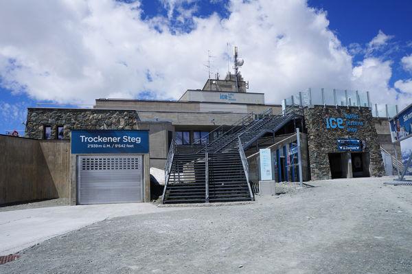 Die Bergbahnstation bietet Restaurants, einen Shop und eine Sonnenterrasse.