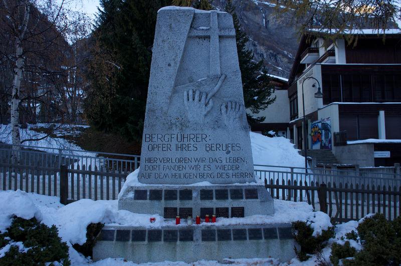 Das Bergführerdenkmal ist den Zermatter Bergführern gewidmet, die in Ausübung ihres Berufes zu Tode gekommen sind.