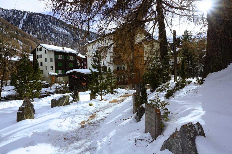 Au cimetière des alpinistes, on peut voir les tombes d'une cinquantaine de victimes.