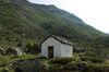 Im Frühsommer liegt das Bethäuschen im Trift bei Zermatt inmitten grüner Alpwiesen.