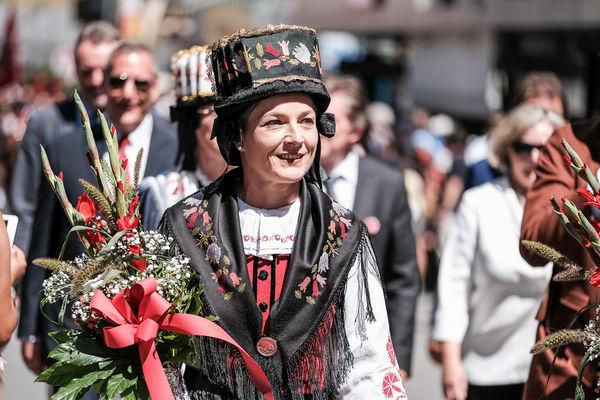 Frau in Zermatter Tracht am Folklore Festival