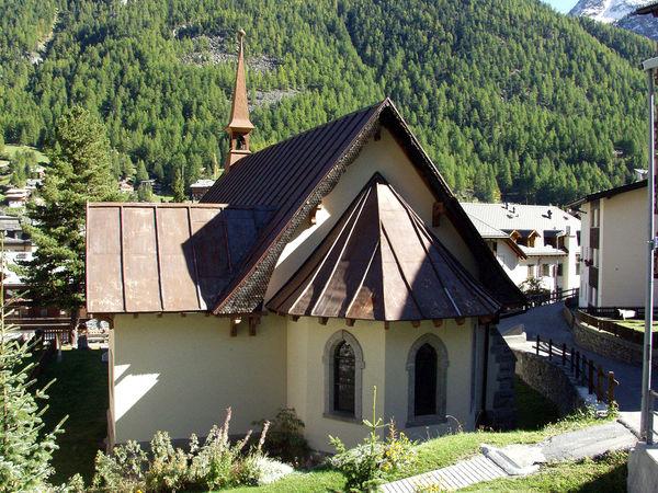 L'église anglicane datant de 1870: aujourd'hui encore, elle est étroitement liée à la tradition de l'alpinisme à Zermatt.