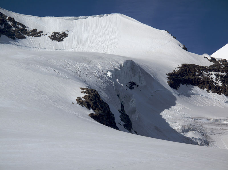 The Felikhorn is barely discernible as a summit. The inconspicuous peak lies beside the Felikjoch, the highest crossing in the Alps.