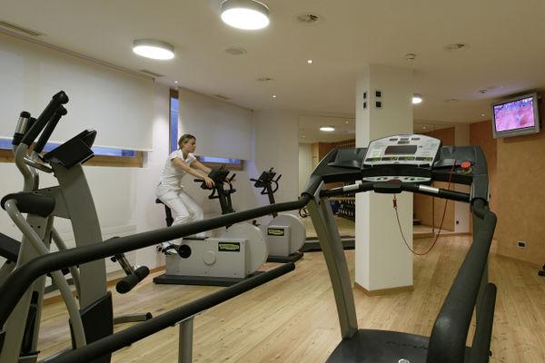 Un espace fitness moderne est à la disposition des visiteurs.