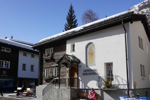 In the Zermatt library, guests and locals can borrow books, DVDs and other media free of charge.