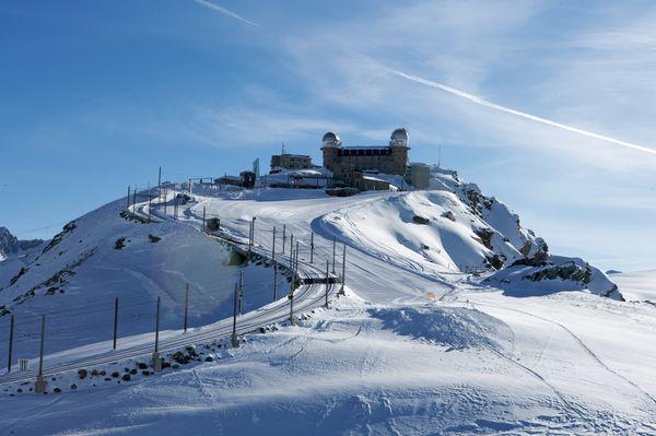 Direkt ab Bahnhof Zermatt: Die Gornergratbahn fährt an 365 Tagen im Jahr auf den Gornergrat (3'089 m).