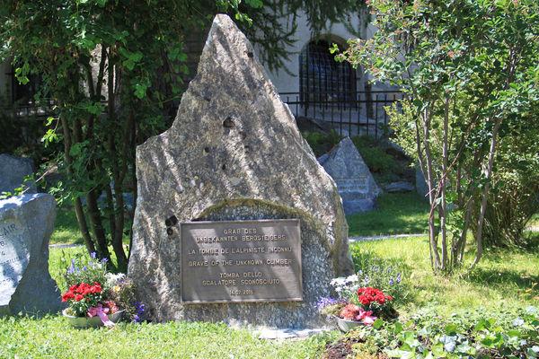 Ein Stein von der Matterhorn Nordwand erinnert als Grabstein an die Vermissten und Toten am Matterhorn.