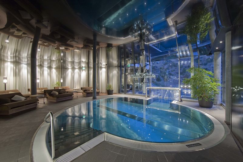 Indoor pool with outdoor jacuzzi spa hotel matterhorn for Hotel avec piscine interieur