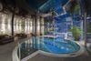 Traumhafter Blick ins Freie: das Jacuzzi im Spa mit Blick auf das Matterhorn.