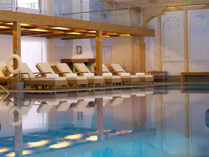 Spa at the Mont Cervin Palace hotel: an indoor pool with indoor and outdoor areas available.