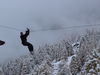 Der Forest Fun Park ist auch im Winter geöffnet. Über frisch verschneite Wipfel zu schweben – ein unvergesslicher Moment.