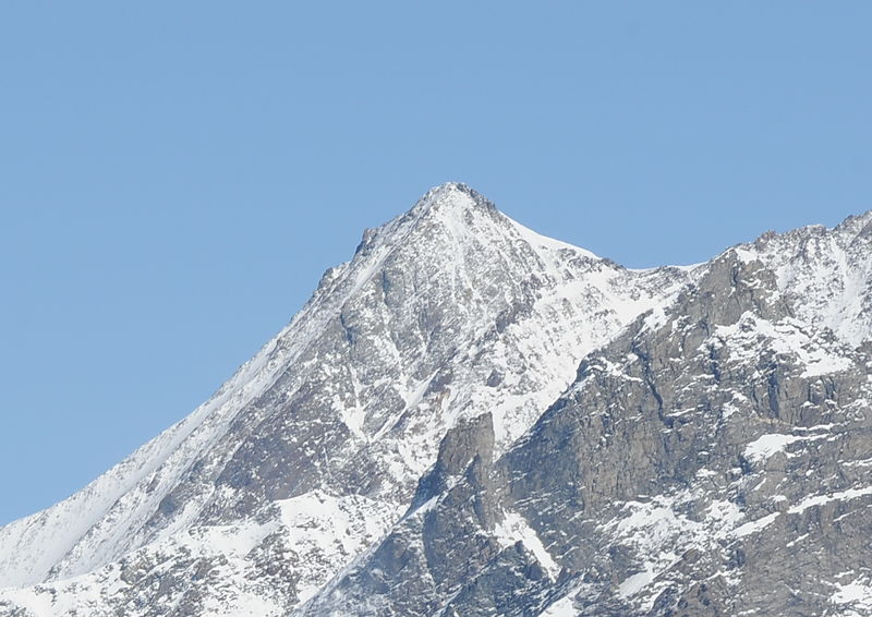 The Hohbärghorn is the third 4,000-metre peak of the Nadelgrat ridge, which consists of the Lenzspitze, Nadelhorn, Stecknadelhorn, Hohbärghorn and Dirruhorn.