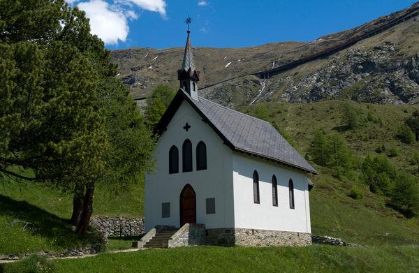 La chapelle se dresse un peu à l'écart de l'hôtel Riffelalp Resort de Zermatt.