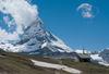 Kapelle Riffelberg mit dem Matterhorn, das zu jeder Tageszeit ein wechselhaftes Spiel von Licht und Wolken zeigt.