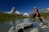 Am Leisee von Stein zu Stein hüpfen, ist beliebt. Wer beim Sprung das Gleichgewicht behält, bleibt trockenen Fusses.