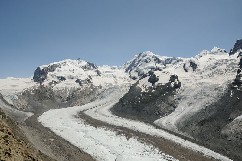 Der Liskamm (rechte Bildmitte) ist der Nachbar des Monte-Rosa-Massivs (links).