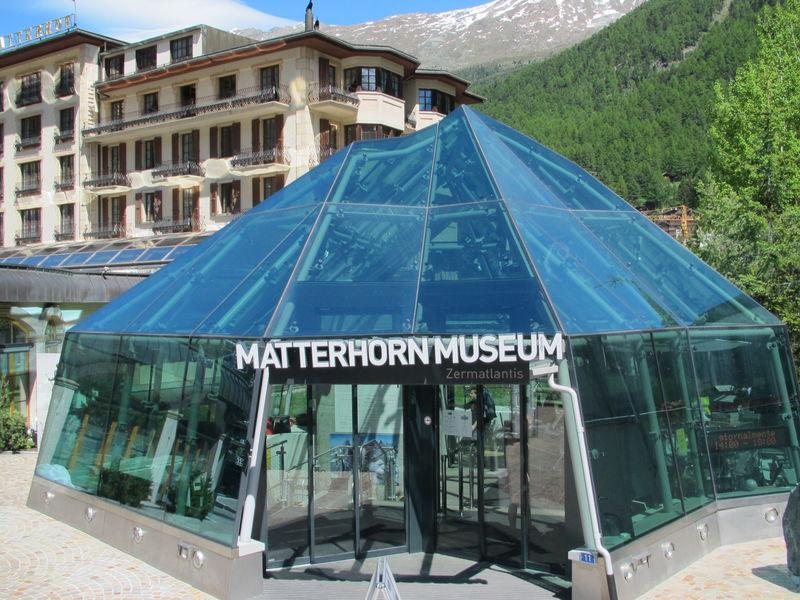 Zermatt: Der Eingang zum Matterhorn Museum Zermatlantis lässt nicht erahnen, wie gross das unterirdische Museum ist.