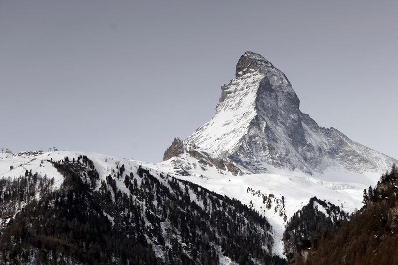 Matterhorn mit Ost- und Nordwand mit Zmuttgrat (rechts), von Findeln (2'100 m) her gesehen.