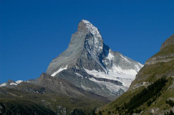 Le Cervin en été, avec paroi est sans neige (gauche), face nord et arête Zmuttgrat (droite).
