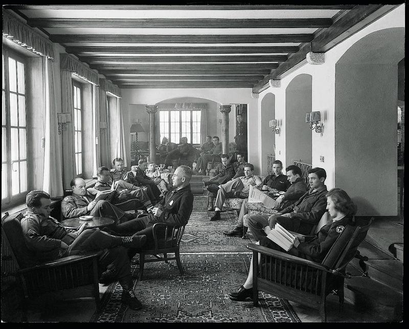 Moments mémorables à l'hôtel Mont Cervin Palace: militaires suisses dans le hall de l'hôtel.