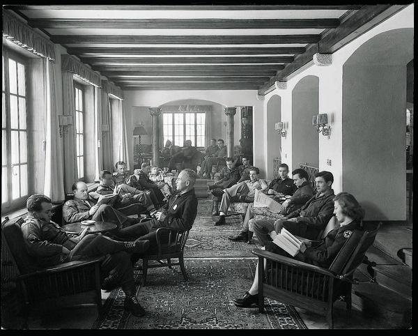 Denkwürdige Momente im Grandhotel Mont Cervin Palace: Schweizer Militärangehörige in der Hotel-Lobby.