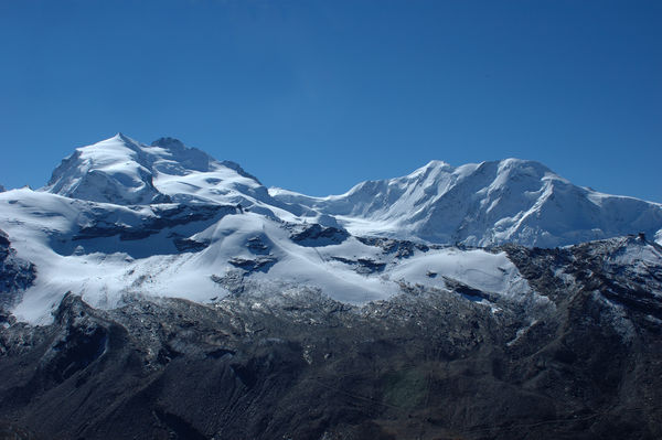Depending on how they are counted, the Monte Rosa massif features ten 4000 m peaks and is partly located in Italy.
