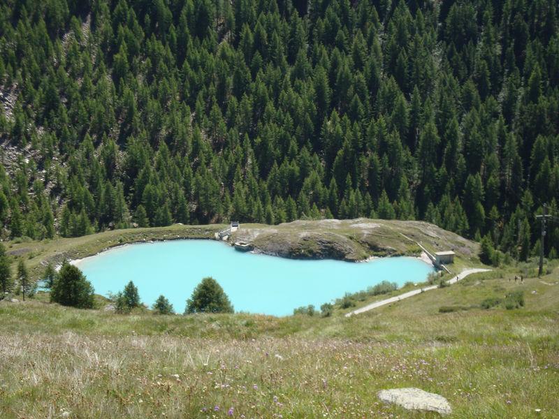 Weil er von Gletscherwasser gespeist wird, ist die Farbe des Moosjisees türkis und milchig trüb.