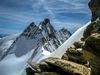 La silhouette imposante du Nadelhorn (4'327 m), dans le massif des Mischabels, se dresse dans le ciel.