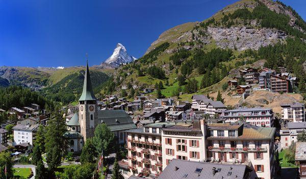Die Pfarrkirche St. Mauritius markiert im Dorf das Zentrum von Zermatt.