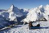 Die Ausstellung Peak Collection (Stangen mit Skulpturen, rechts im Bild) liefert spannende Informationen über das Matterhorn und alle anderen Berge in der Umgebung.