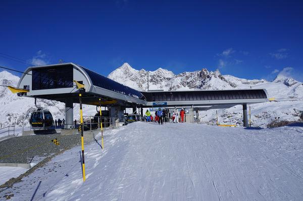 Schwarzsee: die Gondeln des Matterhorn Express werden umgelenkt, damit sie Richtung Furgg und Trockener Steg weiterfahren können.