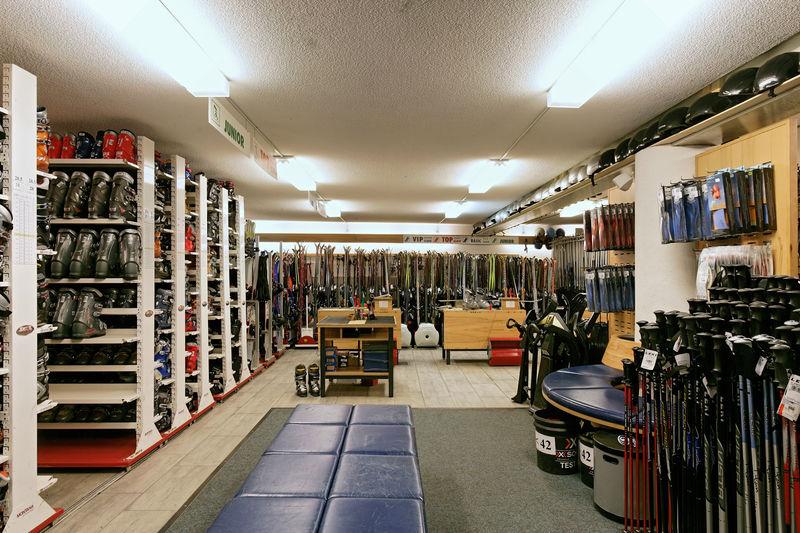 Slalom Sport Zermatt verkauft aktuelle Sportmode und Bountainbikes, bietet Ski- und Bikeservice an und vermietet Skis und Mountainbikes.