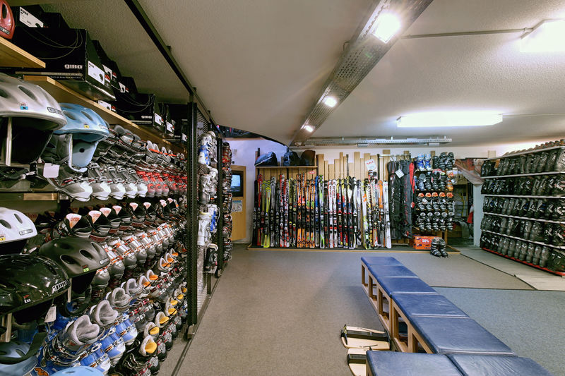Slalom Sport Zermatt sells current sports fashion and mountain bikes, offers ski and bike services and rents skis and mountain bikes.